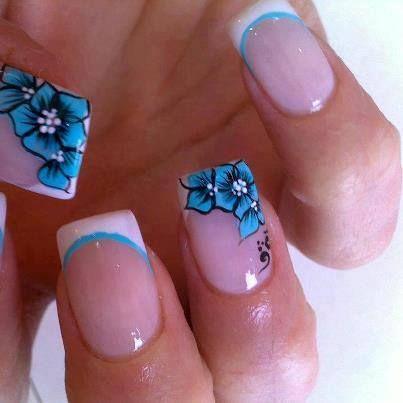 21 Diseños de Uñas con Flores en Azul Clarito