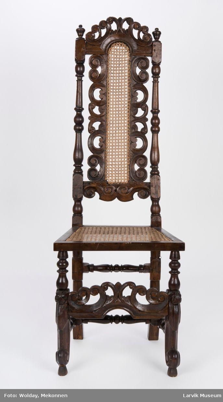 Form: barokk,rett høt gj.brutt rygg,dreide og høvlede.bakstolper i ett med bakben, dreide og skårne forben, volutt nederst,sprosseverk,stoff sete og rygg     Høyrygget