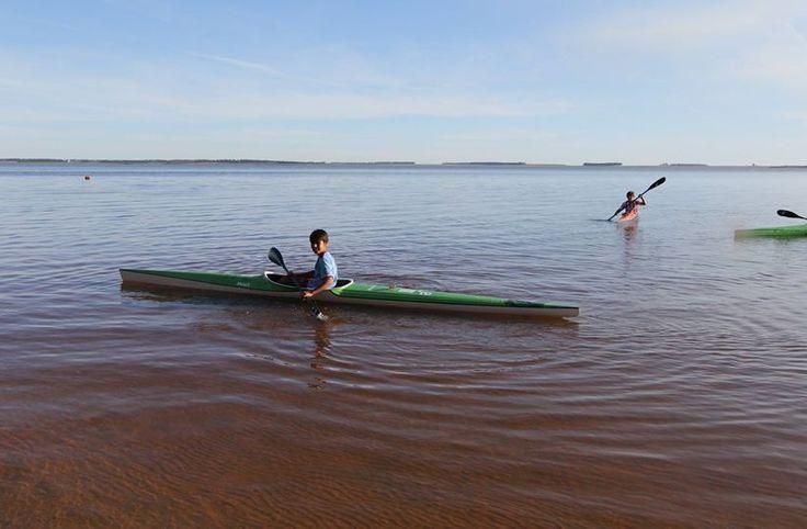 Niños remando en el Río Negro.