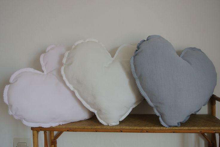 Coussin cœur blanc rose ou gris  Dimensions 40 x 30cm Rembourrage en polyester anti-acariens Tissus anciens teints ou imprimés Prix : 25 €