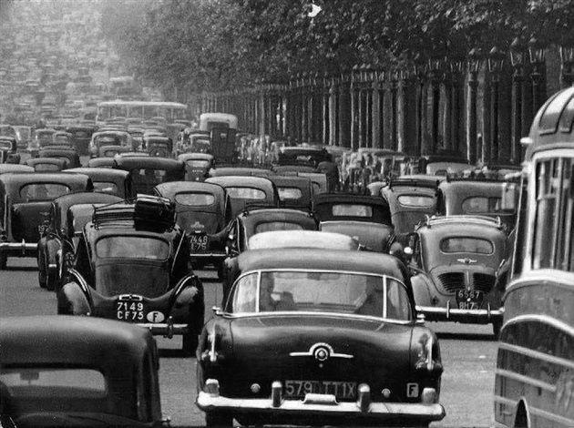 Robert Doisneau // Avenue des Champs Elysées , vers 1950