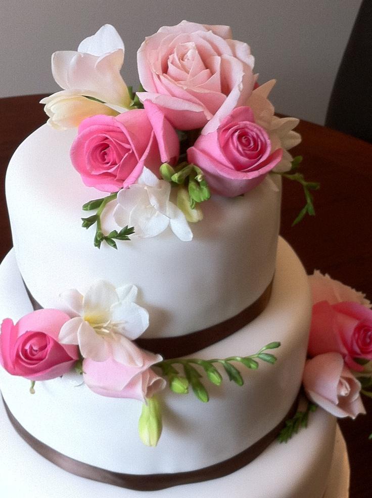 Fresh flowers and fondant wedding cake