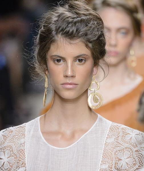 Chignon, trecce e ponytail: guida ai capelli raccolti d'estate