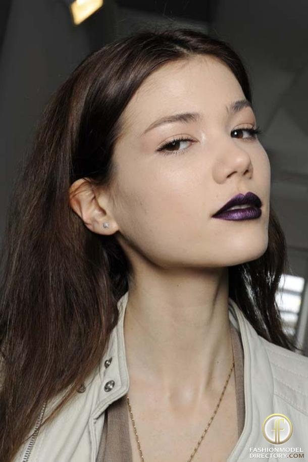 Plum lips and a natural eye. Love the look?