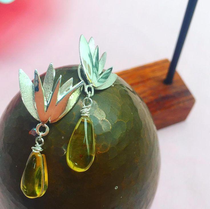PEDIDO ESPECIAL - aretes en forma de agave hechos en plata 925 con ámbar originario de Chiapas  - - - - -  Te gustaría tener algún accesorio según tus propias ideas? -  CONTÁCTANOS y nosotros te ayudaremos a hacerlo realidad  - -#ambar #hechoamano #amber #earrings #custommade #goldsmithing #aretes #plata #silver #agave #tequila #flower #flora #mexican #mexico #joyeria #jewelry #design #handmade #cdmx #la #style