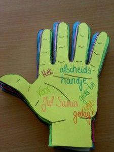 Een leuk handje van de kinderen als afscheid. Het handje zegt gedag! Het handje geeft een high five! Kopieer het handje op gekleurd papier. De kinderen knippen het handje uit, plakken een fotootje erop en laten hun wensen en versieringen op het handje achter. Laat de kinderen niet op de pols schrijven of tekenen, hier gaat een splitpen doorheen om de handjes aan elkaar te bevestigen. Bevestig een splitpen door het gaatje en de handjes zijn als een waaier te bezichtigen.
