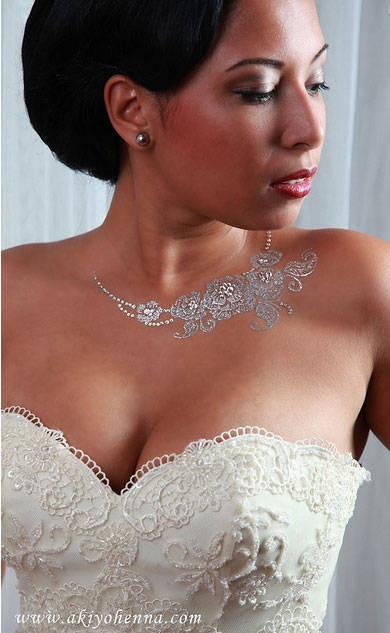 I like: White henna instead of jewelry. BEAUTIFUL.