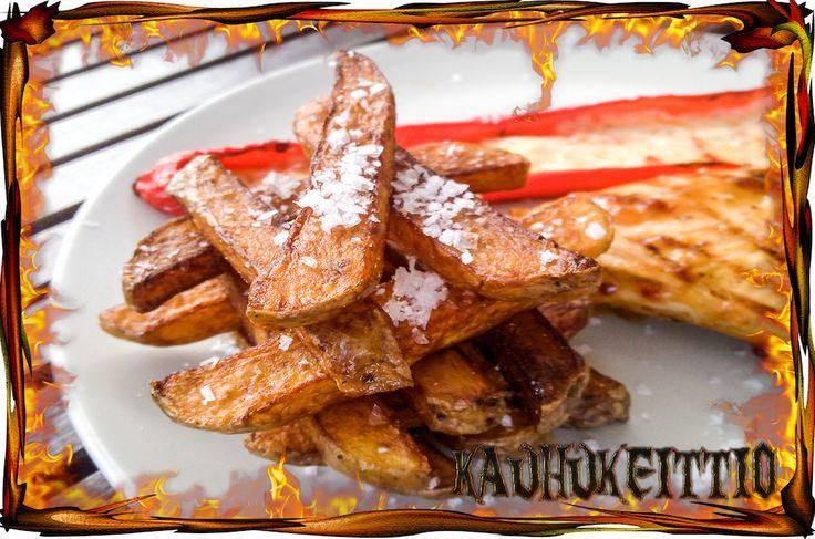 Rouheammat ranskalaiset perunat paistetaan öljyssä kahteen otteeseen ja maustetaan reippaalla suolalla tai BBQ mausteella.