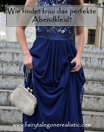 Das perfekte Abendkleid blaues Ballkleid Perlentasche Spitzenkleid Modeblog Fairy Tale Gone Realistic Fashionblog