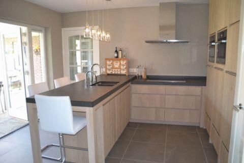 Meer dan 1000 idee n over kleine keukens op pinterest toestellen keukens en kasten - Kleine keuken met bar ...