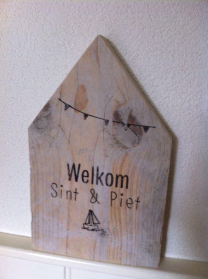"""Houten huisje met tekst """"Welkom Sint en Piet"""""""