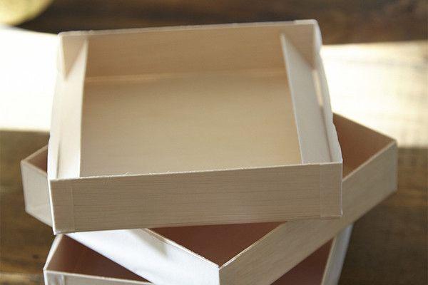 """Bandeja Abatible Madera Reciclada. Paquete con 5 piezas. Hecho de sobrantes de madera, no se calienta, color natural. Amigable con el medio ambiente. Ideal para presentar galletas, pastelillos. Color natural, abatible 6x6x1.4""""."""
