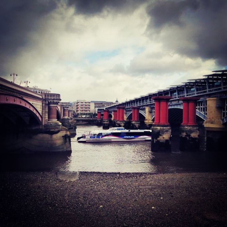 Between Blackfriars bridge and Blackfriars railway bridge, London SE1 #city #london #londontown #londoncity #london_only #lovelondon #londonistheplaceforsteve #england #unitedkingdom #igerslondon #thames #thamesriver #riverthames #bridge #thamesbridge #river #blackfriarsbridge #bridgeovertheriverthames #londonsbridges #londonarchitecture #southbank #bankside #se1 #southwark