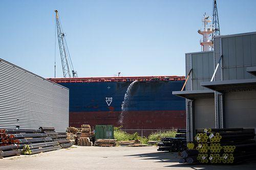 Navion Oceania splashing water at Wiltonhaven Rotterdam #Wiltonhaven #Rotterdam #Harbor #Dock #010 #Holland #Sky #Blue #Sunny #Architecture #Urban #City #World #Port #Netherlands #Roffa #Canon #700D #Photography