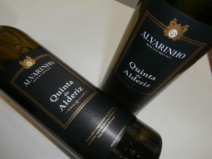 Os Vinhos Verdes Alvarinho costumam ter um foco muito diferente do restante dos Vinhos Verdes. Encorpados, e sem agulha, mas sem perder a característica acidez destes vinhos, eles visam competir com os grandes vinhos brancos do mundo. Em uma degustação a cegas, eles não se parecem com Vinhos Verdes, eles são grandes vinhos brancos.