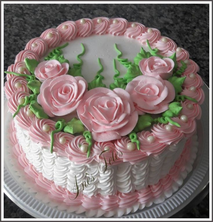 Love the decoration on this cake.