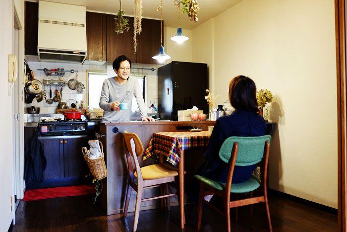 恵比寿で友人と美容室「RICCA」を経営するサイトウさんと奥さんの、おしゃれなご自宅をお宅訪問します。都会の喧噪から少し距離を置いたエリアのマンション。過去に留学経験もあるサイトウさんの、ロンドン仕込みのDIY精神が息づく部屋を紹介します。