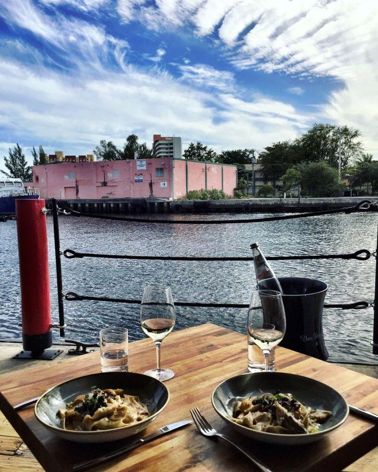 Não podia deixar de dar essa dica aqui no blog. Tem um restaurante que eu AMO em Miami, que se chama SeaSpice. Ele é uma delícia para almoçar e jantar (especialmente almoçar, pois ele fica de frente para o canal, onde os barcos param e a vista é linda!) Aos Domingos, o almoço vira balada …