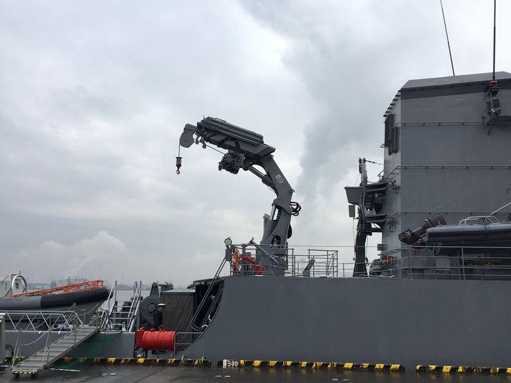 ソラモ☆自衛隊愛知地方協力本部 @AICHI_PCO     【デッキクレーン】  標的やボート等の積み下ろしに使用するクレーンです。コンパクトな収納時から展張の際の画像です。すごくないですか?