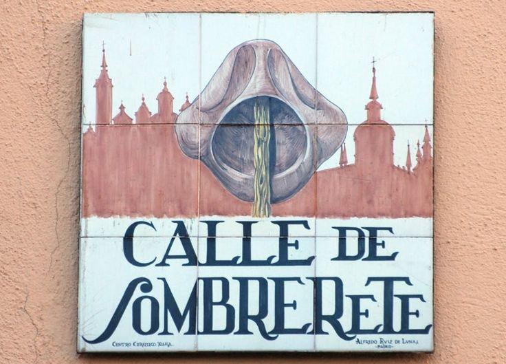 Calle de Sombrerete. Tiene que ver con la a historia de Gabriel de Espinosa, suplantador de Sebastián I, Rey de Portugal. El urdidor del plan fue Fray Miguel de los Santos. Tras aquella conjura,los acusados fueron condenados. El fraile degradado a la condición de laico con la imposición de un sombrero y ahorcado en la Plaza Mayor de Madrid.Y el sombrerete paseado en la punta de un palo y arrojado a un estercolero, y de aquel tomó el nombre la calle que algún tiempo se llamó Calle del…