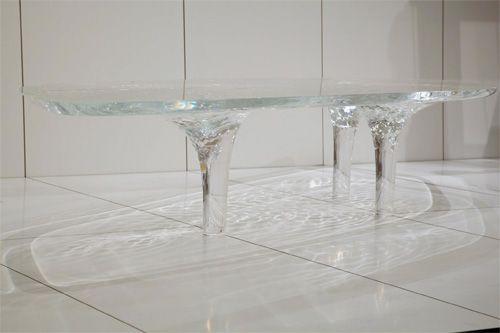 Liquid Glacial Table progettato dallo studio di Zaha  Hadid è un tavolo in plexiglass la cui elementare geometria è resa  dinamica dalle increspature ?liquide? in superficie che convergono nelle  gambe come ?ghiaccio fluido?