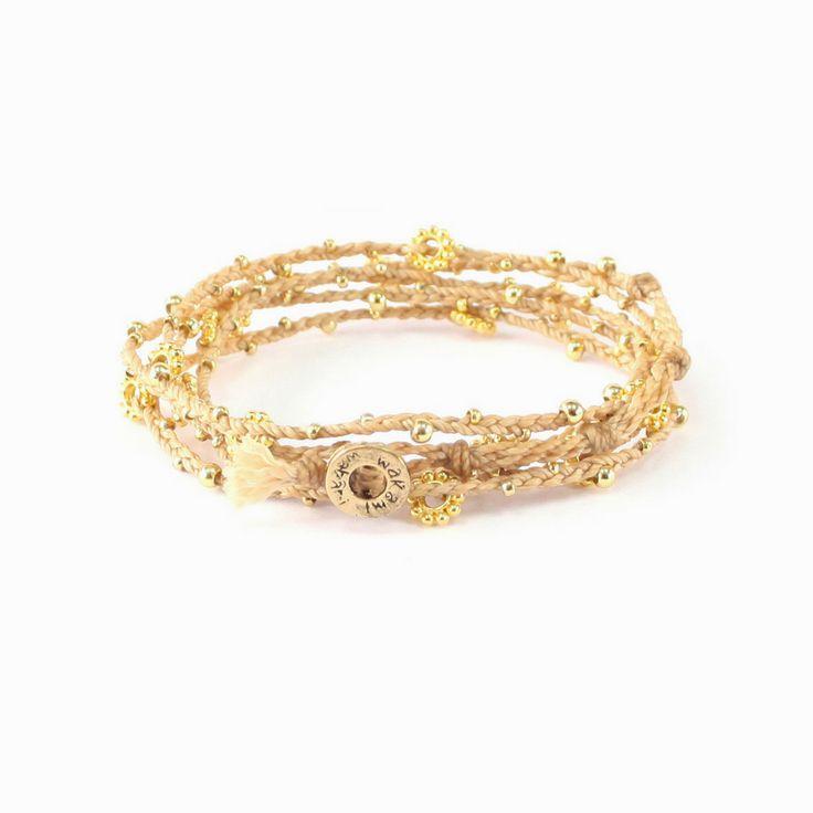Dit mooie sieraad met goudkleurige kraaltjes kan gedragen worden als armband of ketting en is mooi te combineren met andere items uit de Wakami sieraden collectie. Met de aankoop van deze Fair Trade wikkel armband steun je direct de vrouwen in Guatemala die de armbanden maken. Een mooi kado voor jez
