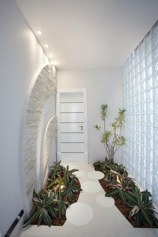 Amo plantas dentro de casa!!!    Elas trazem vida e beleza natural para decoração!  Os jardins de inverno ou internos podem ser usados e...