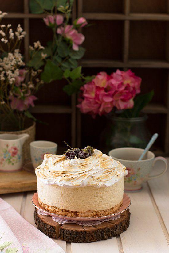 Tarta de queso y limón deliciosa con base de merengue crujiente y topper de merengue esponjoso. Delicioso!