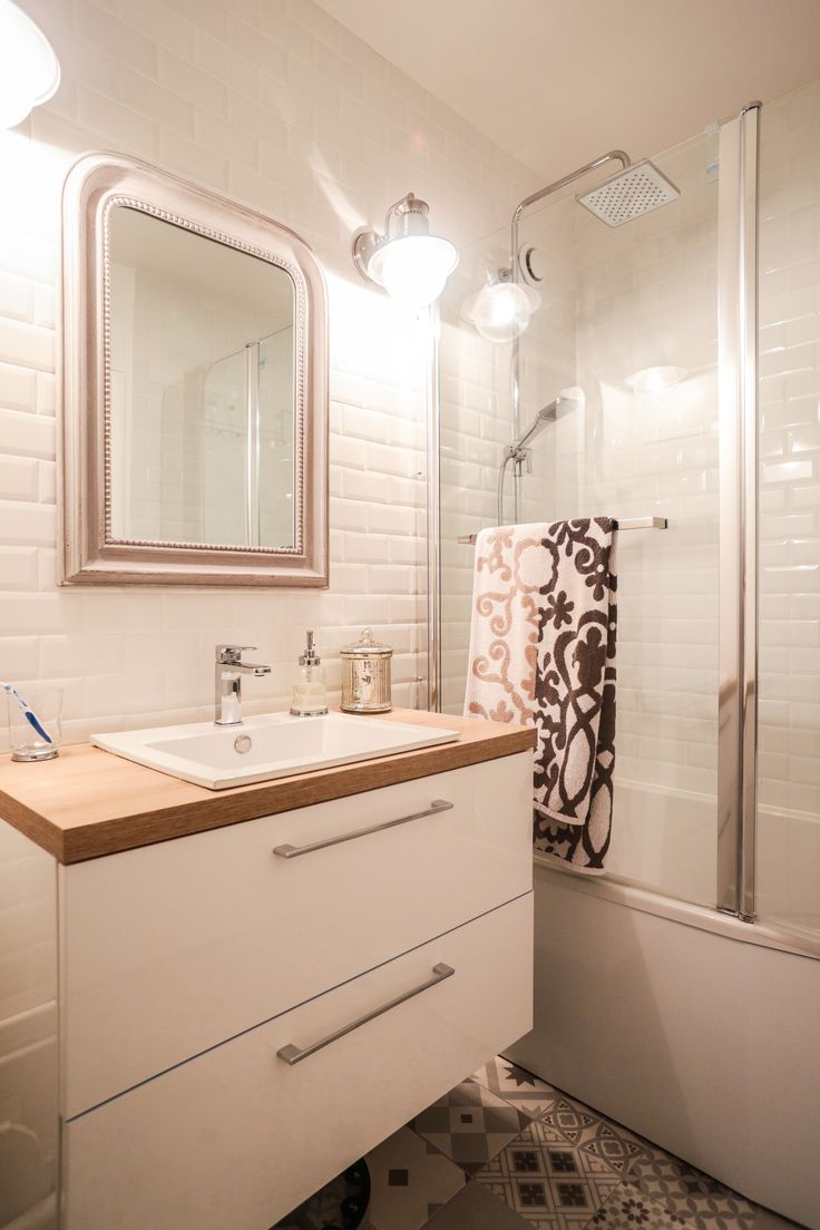 La salle de bains de Jessica à Val de Reuil. Avec du carrelage métro au mur et…