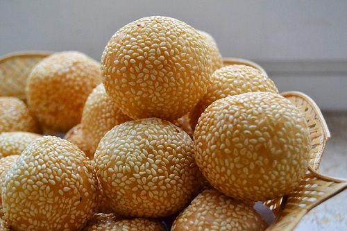 Onde-Onde is one of the traditional food in Indonesia.They are either made from sweet potato or glutinous rice flour. http://www.goindonesia.com/id/hotels/indonesia/jawa/mojokerto/makanan/makanan_tradisional_mojokerto/onde_onde
