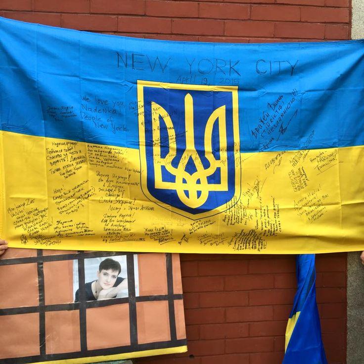 Alex Buzunov. 19 апреля 2015, на встрече с мамой Надежды Савченко возле представительства России в NY. На флаге оставлены пожелания для Надежды.