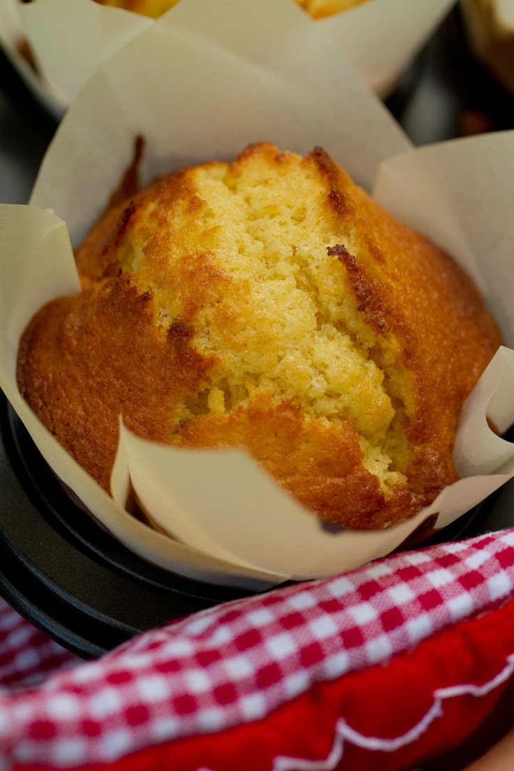 Saídos da Concha: Queques à Portuguesa :: Muffins the Portuguese Way (there are instructions in English in the recipe as well)