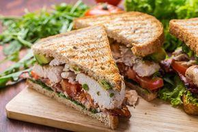 Club sandwich με κοτόπουλο, μπέικον και αβοκάντο
