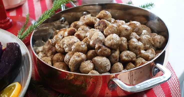 Små fina köttbullar på fläskfärs och med goda julkryddor. Du spritsar enkelt ut dem på en oljad plåt och tillagar köttbullarna i ugnen.