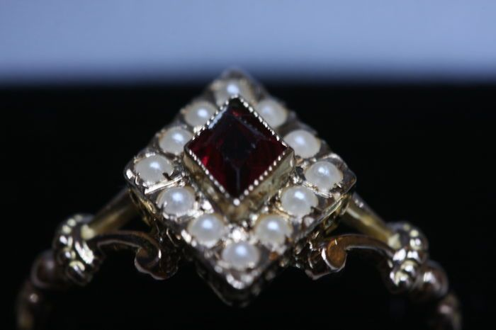 Diamant-vormige ring vanaf het einde van het Victoriaanse tijdperk met rode Strass en parels - circa 1890  Soort sieraden: bandVoorwaarde: uitstekendLand van herkomst: zeer waarschijnlijk uit BelgiëStijl: De Late VictoriaanseEra: circa 1890Materiaal: 18 kt rood goudEdelstenen: een rode strass (plakken) en twaalf stenen halve set in stoneKenmerken: Geen sporen.Afmetingen: band top 103 cm (0.41 inch) x 1.40 cm (0.55 duim) - Zie de foto met een liniaal in de cm en inchGewicht: 250 g (1.61…