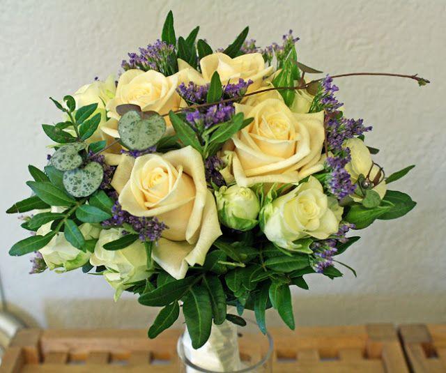 Ros Vendela och vit kvistros, lila limonium http://holmsundsblommor.blogspot.se/2011/03/vendelarosor.html