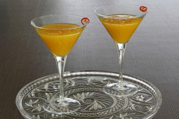 De Spicy Mango Martini is een lekkere cocktail op basis van mango, limoen en rode peper. Je kunt er ook vodka bij doen. Zeker een keer proberen!