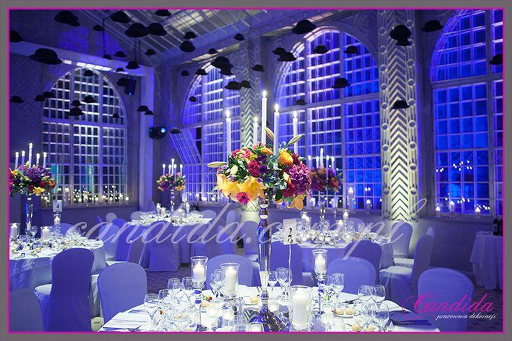 Event 09 2014  – Dekoracje przygotowane na event, który się odbył we wrześniu 2014 roku. Dekoracje w klimacie surrealistycznym, z wykorzystaniem bardzo dużej ilości lampionów ze świecami. Sala jadalna udekorowana podwieszonymi melonikami, na stołach znajdowały się kandelabry z kompozycjami kwiatowymi i świecami. W holu... #białyjeleń #dekoracjeeventowe #drzewozbalonów