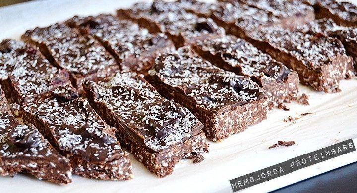Det räcker till ca. 10 bars och varje bar innehåller: ca. 200 kcal 19,2 g protein 14,4 g kolhydrater 6,5 g fett   Du behöver:  200 g proteinpuvler med chokladsmak 100 g havregryn Ca 1 dl mjölk (funkar även med vatten) 50 g jordnötssmör 50 g honung 30 g kakao 30 g mörk choklad at