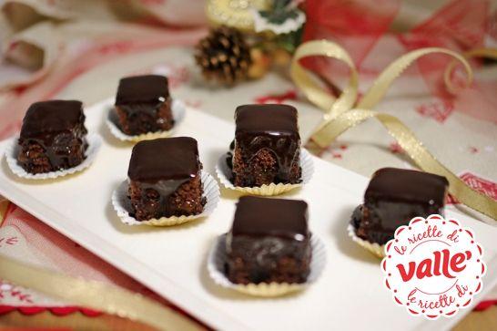 Mini sacher, piccole golosità al cioccolato con un leggerissimo strato di confettura di albicocche. Davvero cioccolatose!