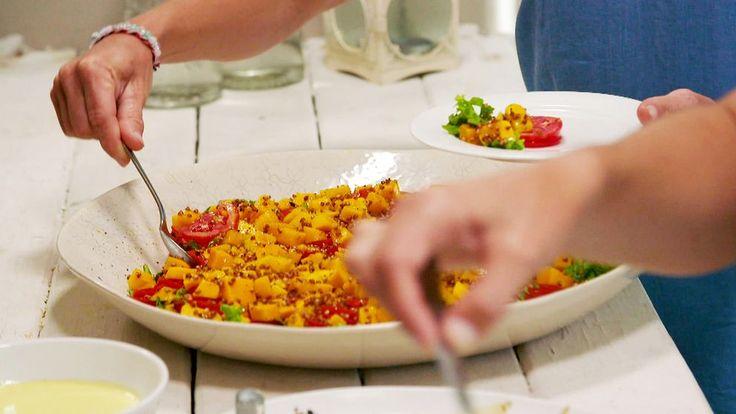 1. Blanda bovete i en ugnsfast form med några droppar olja, salt och en krossad vitlöksklyfta. Rosta i ugn på 130–140 grader tills gyllenbruna, ca 15 minuter.2. Varva sallad, tomat och mango på en fat.3. Riv ingefära och pressa ut juicen. Blanda med honung, salt och olivolja. Smaka av med salt …