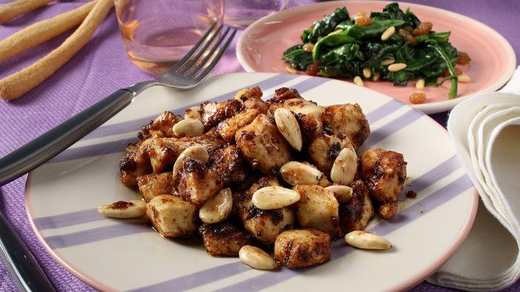 POLLO ALLE MANDORLE Taglia a cubetti il petto di pollo e infarinalo. Elimina la farina in eccesso e tienilo da parte. In una padella fai tostare le mandorle in modo da renderle dorate. In un'altra padellafai dorarela cipolla e l'aglio