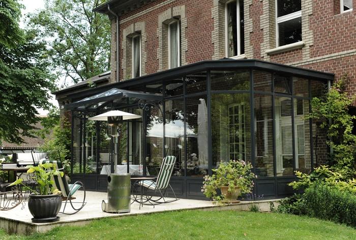 Veranda en acier style Victorien structure noire très présente …