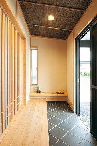 陶板を敷いた玄関は細長の空間。天井に採用したよしず、網代が茶室のような雰囲気を演出。引き戸を開けると6帖の和室が広がる。