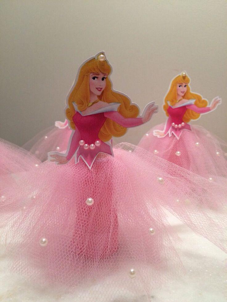 Tubete Personalizado a Bela Adormecida <br>Decorado com saia de tule, pérolas e laço, muito lindo e delicado!!!! <br> <br>Fazemos outras personagens.....Princesas da Disney, Elsa e Anna (Frozen), Barbie, Minnie, Bailarina, Alice no País das Maravilhas,Princesinha Sophia,...ou qualquer personagem que use saia.. <br> <br>Obs: não acompanha doces.