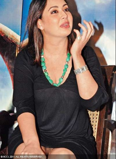 Preeti Jhangiani, who was in Delhi to promote her debut film as producer, 'Sahi Dhandhe Galat Bande', with hubby Parvin Dabas, was caught by the shutterbugs without her undies! While it may have been an inadvertent mistake, Preeti's name has now been added to the list of B-town ladies caught without their essentials.: Veterans Bollywood, Crosses Legs, Open Moments, Camera, Celebs, Bollywood Actresses, Celebrity Open, Preeti Jhangiani 122711033752, Bollywood Celebrity