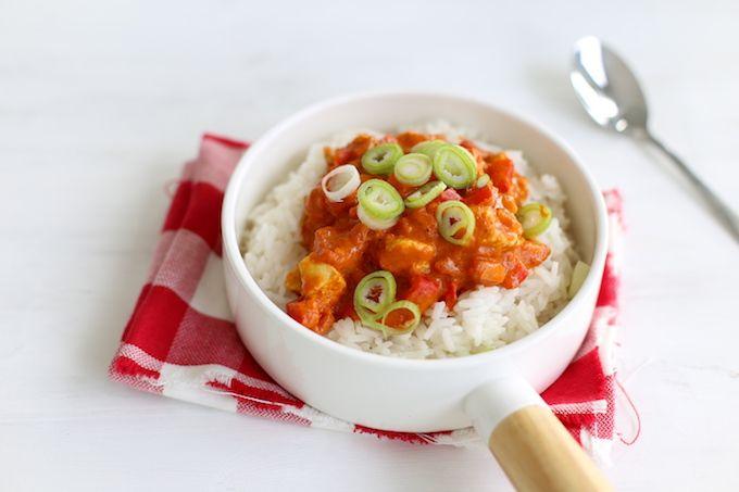 Deze pittige paprika curry met kip is vrij simpel om te maken en heel erg lekker van smaak. Houd je niet van pittig? Laat de rode peper dan weg.