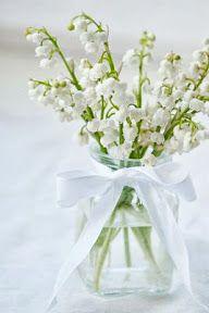 El color blanco puede dominar en todos los elementos del centro de mesa para una boda