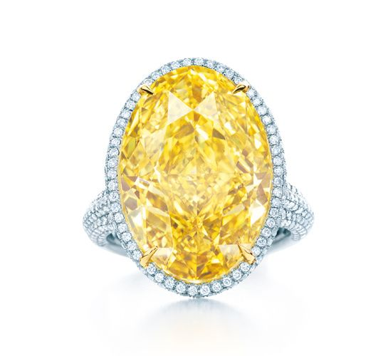 La bague en diamant jaune de Tiffany & Co. http://www.vogue.fr/joaillerie/le-bijou-du-jour/diaporama/la-bague-en-diamant-jaune-de-tiffany-co-blue-book-2014/18545