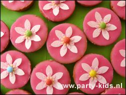 Roze koek met bloem / vlinder